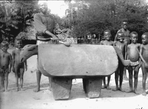 The Duaka gong of the Bandia people. AP.0.0.11067, collection RMCA Tervuren; photo mission A. Hutereau, 1911-1913